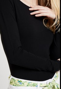 Zalando Essentials - Long sleeved top - black - 5
