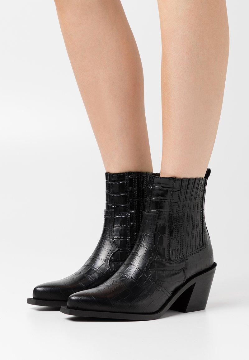 Pieces - PSSANTIAGO BOOT - Cowboy/biker ankle boot - black