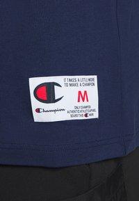 Champion - ROCHESTER RETRO BASKET V NECK - Printtipaita - dark blue - 6