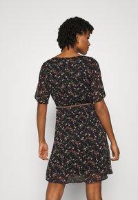 Vero Moda - VMSYLVIA BELT SHORT DRESS - Denní šaty - black/rose flowers - 2