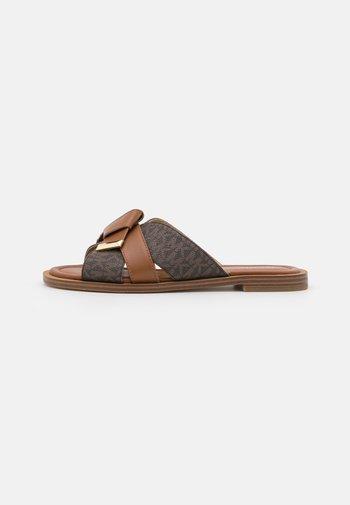 ADDISON FLAT  - Matalakantaiset pistokkaat - brown/luggage