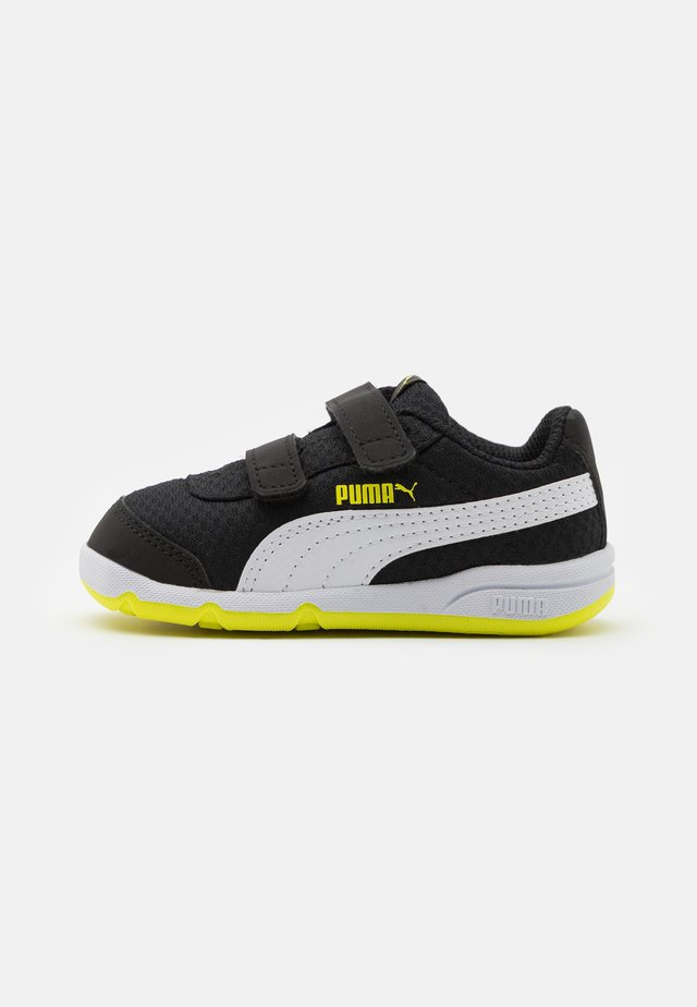 STEPFLEEX 2 UNISEX - Obuwie treningowe - black/white/energy yellow