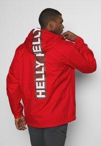 Helly Hansen - ACTIVE JACKET - Regnjakke / vandafvisende jakker - alert red - 2