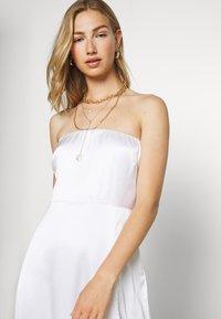 NA-KD - OFF SHOULDER SLIT DRESS - Vestido de fiesta - white - 3