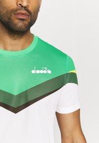 Diadora - CLAY - Camiseta estampada - holly green/white/bistro green - 5