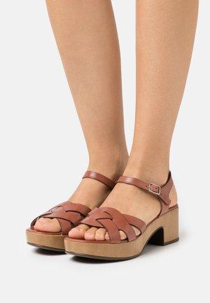 Platform sandals - pergamena rust