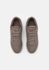 Reebok Classic - CL LTHR GROW UNISEX - Sneakers - trek grey/chalk - 3