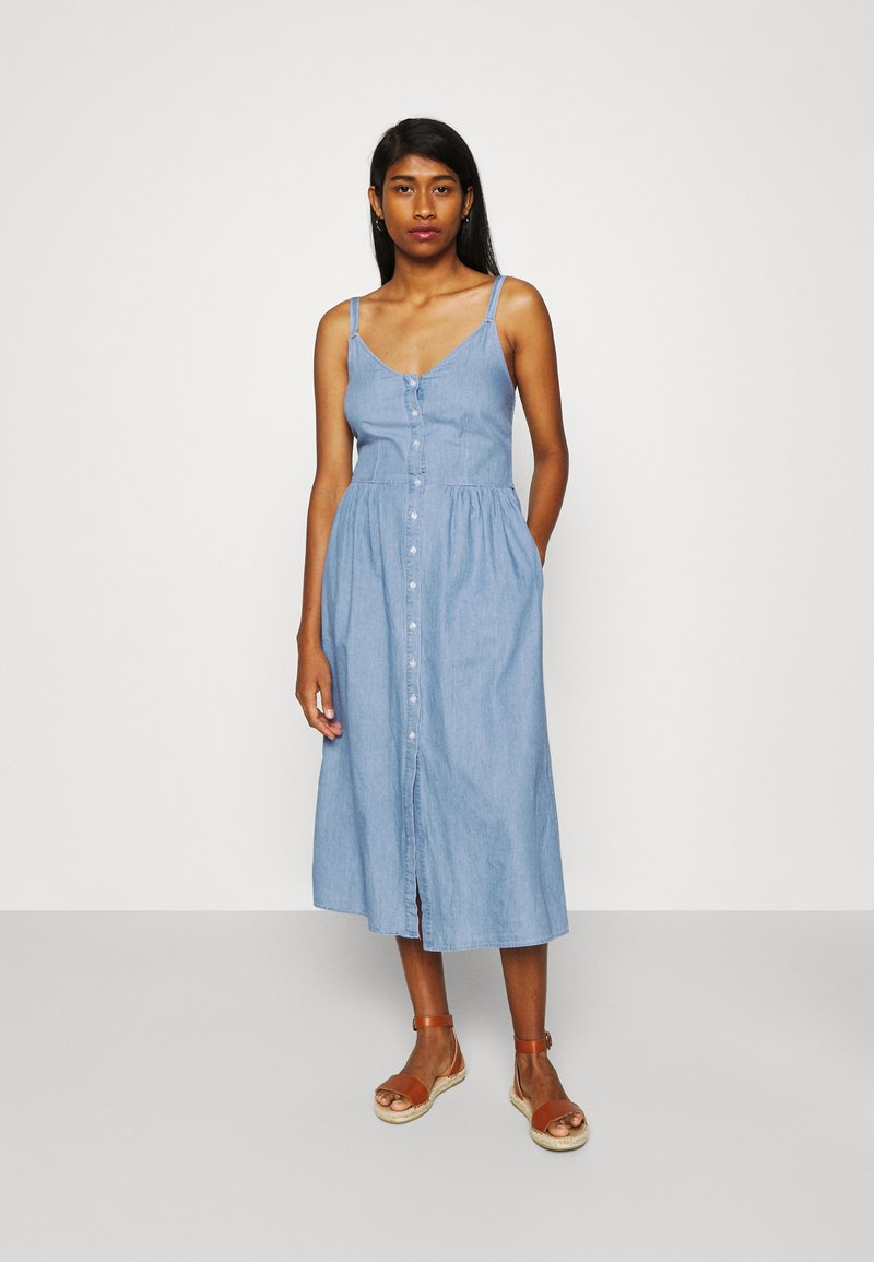 Vila - VIFANZI MIDI STRAP DENIM DRESS - Denimové šaty - light blue