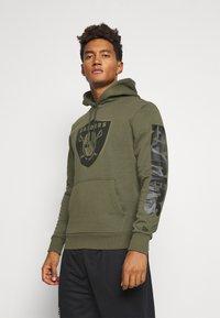 New Era - NFL DIGI OAKLAND RAIDERS HOODY - Klubové oblečení - mottled olive - 0