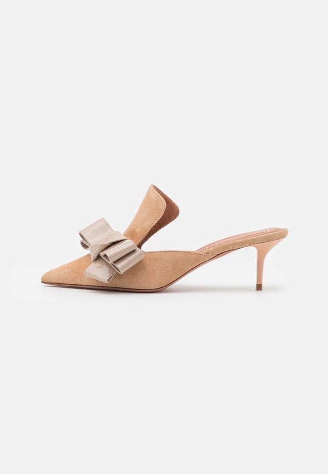 ALBERTA  - Pantofle na podpatku - beige