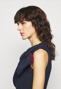 Roksanda - FLANDRE DRESS - Pouzdrové šaty - midnight/sangria - 4