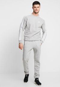 adidas Originals - 3 STRIPES CREW UNISEX - Felpa - medium grey heather - 1