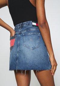 Tommy Jeans - SHORT SKIRT FLY - Denimová sukně - mid blue rigid - 4