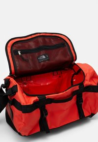The North Face - BASE CAMP DUFFEL S UNISEX - Sports bag - flare/black - 3