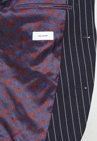 Isaac Dewhirst - BOLD STRIPE SUIT - Suit - dark blue - 12