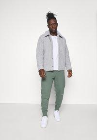 Calvin Klein Jeans - MICRO BRANDING PANT - Pantaloni sportivi - duck green - 1