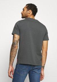 Levi's® - BOXTAB GRAPHIC TEE - Print T-shirt - dark shadow - 2