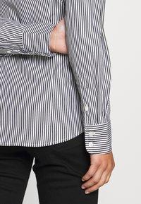 J.CREW PETITE - PERFECT SHIRT IN CLASSIC STRIP - Button-down blouse - black - 3