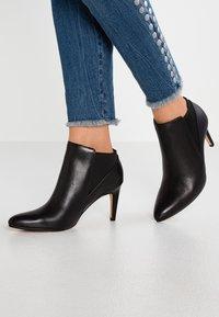 Clarks - LAINA VIOLET - Kotníková obuv - black - 0