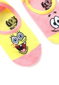 Vans - WM VANS X SPONGEBOB CANOODLES (6.5-10, 3PK) - Socks - pink/yellow - 1