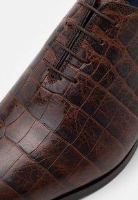 Brett & Sons - Elegantní šněrovací boty - cognac - 5