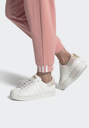 SUPERSTAR SPORTS INSPIRED SHOES - Zapatillas - cwhite/cwhite/goldmt