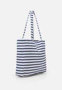 Mads Nørgaard - PRINT BOUTIQUE ATHENE - Shoppingväska - off white/navy - 1