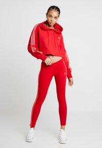 adidas Originals - ADICOLOR CROPPED HODDIE SWEAT - Luvtröja - red - 1