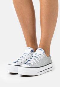 Converse - CHUCK TAYLOR ALL STAR PLATFORM GLITTER - Sneakers basse - silver/university blue/white - 0