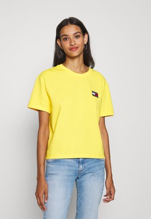 BADGE TEE - Camiseta básica - star fruit yellow