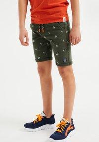 WE Fashion - MET PALMBOOMOPDRUK - Shorts - army green - 1