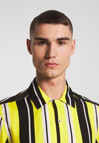 Only & Sons - ONSCARTER STRIPED - Chemise - blazing yellow - 4