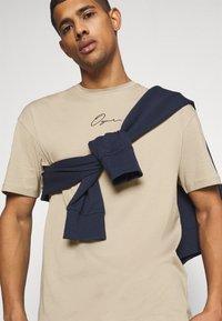 Jack & Jones - JORSCRIPTT TEE CREW NECK - T-Shirt print - crockery - 3