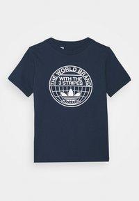 adidas Originals - CAMO LOGO UNISEX - T-shirt con stampa - dark blue - 0