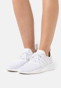 adidas Originals - NMD_R1 PRIMEBLUE ORIGINAL SHOES - Sneakers laag - footwear white/silver metallic - 0