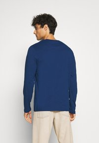 Lyle & Scott - CREW NECK PLAIN - Long sleeved top - indigo - 2