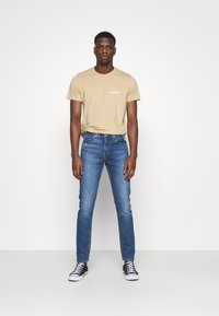 Levi's® - CREWNECK GRAPHIC 2 PACK - T-shirts med print - forest biome/curds and whey - 0