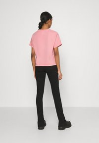 Levi's® - GRAPHIC VARSITY TEE - T-shirt con stampa - pink - 2