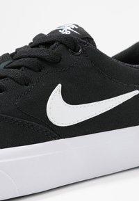 Nike SB - CHARGE - Sneakersy niskie - black/white - 2