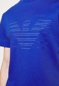 Emporio Armani - T-shirt z nadrukiem - dark blue - 4