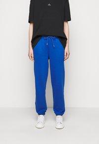 Holzweiler - HANGER TROUSERS - Pantaloni sportivi - blue - 3