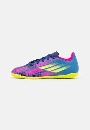 X SPEEDFLOW MESSI.4 IN J UNISEX - Indoor football boots - victory blue/shock pink/solar yellow