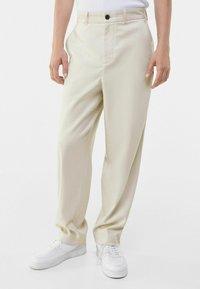 Bershka - WIDE FIT - Trousers - sand - 0