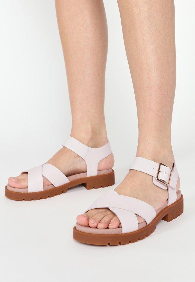 Sandaalit nilkkaremmillä - weißes leder