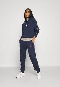 Tommy Jeans - BOX FLAG PANT - Spodnie treningowe - twilight navy - 1
