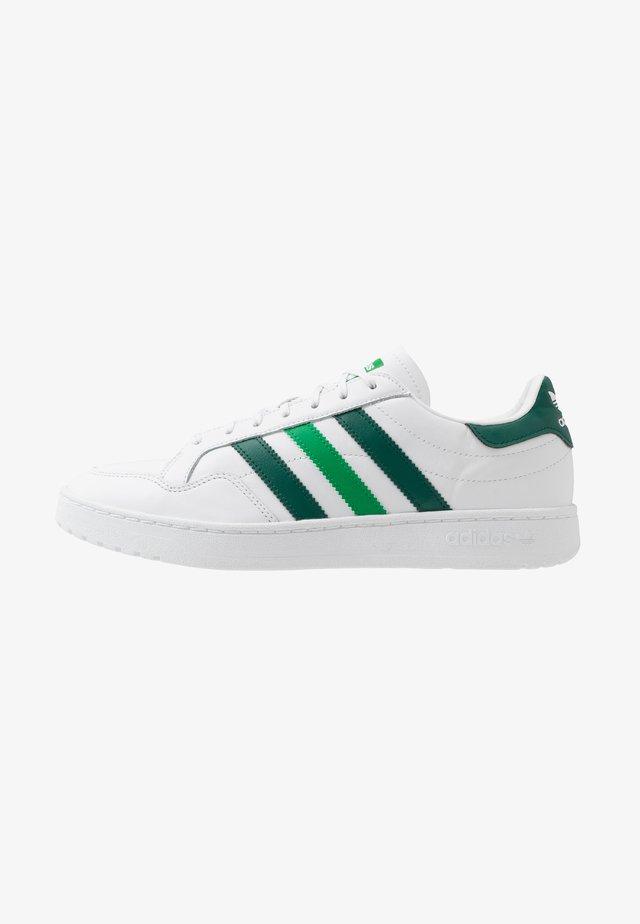 TEAM COURT - Matalavartiset tennarit - footwear white/collegiate green/green