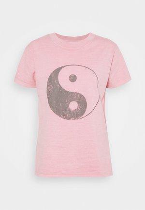 CLASSIC ARTS TEE - Print T-shirt - yin yang/zephyr