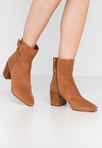 MICHAEL Michael Kors - KENYA BOOTIE - Classic ankle boots - luggage - 0
