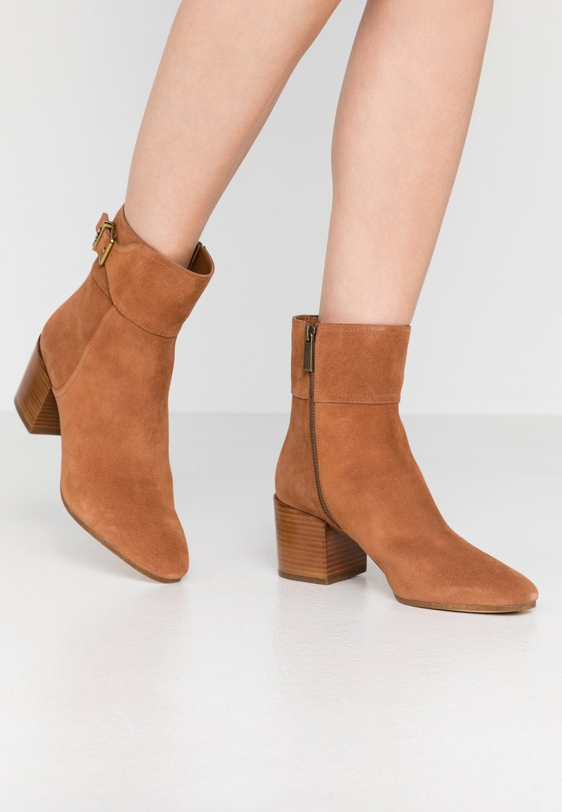 MICHAEL Michael Kors - KENYA BOOTIE - Classic ankle boots - luggage