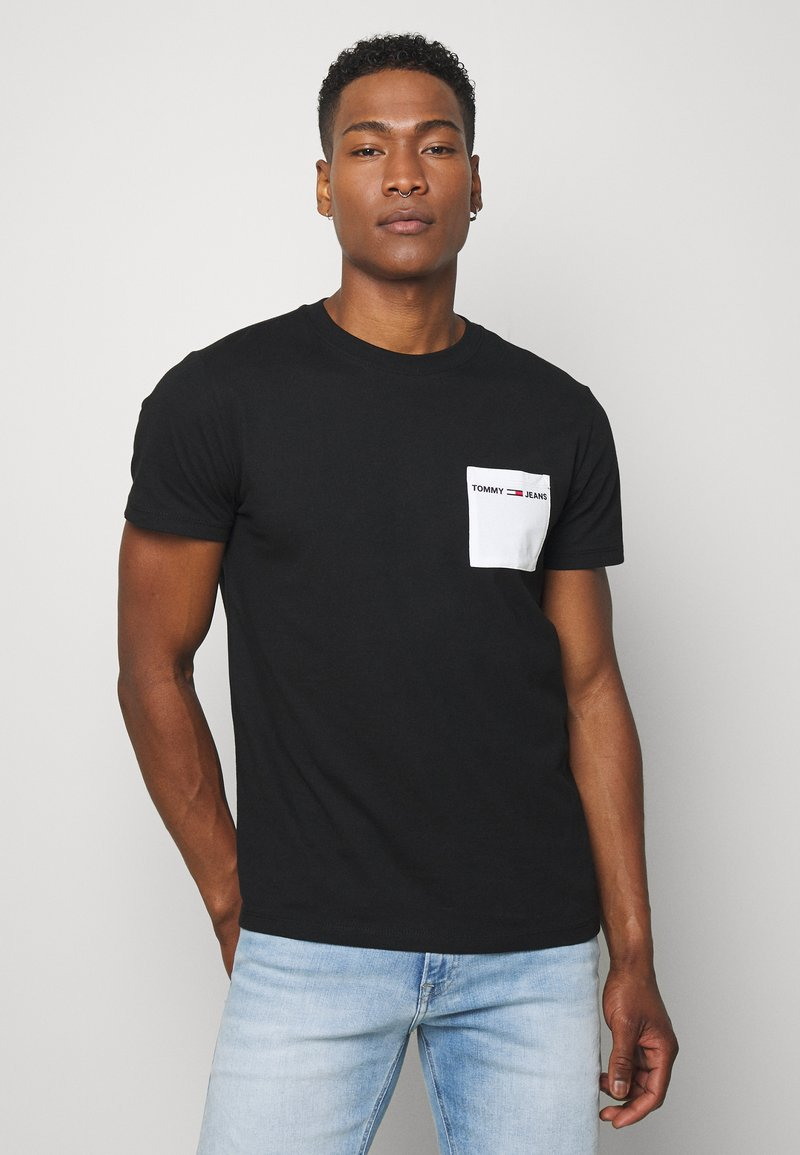 Tommy Jeans - CONTRAST POCKET TEE - T-shirt con stampa - black/white